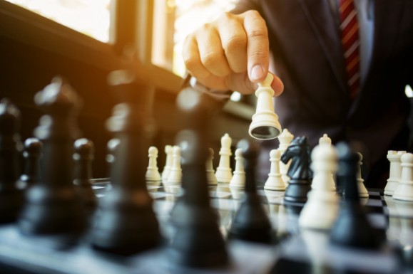 empresario-jugando-ajedrez-bordo-oficina-estrategia-concepto-competencia_1936-456